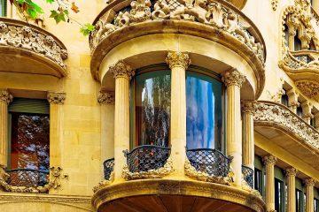 Nos encontramos en el Paseo de Gracia esquina Valencia . Entraremos en un portal inspirado en los castillos medievales. Abriremos los ojos ante la Pedrera de Gaudí.