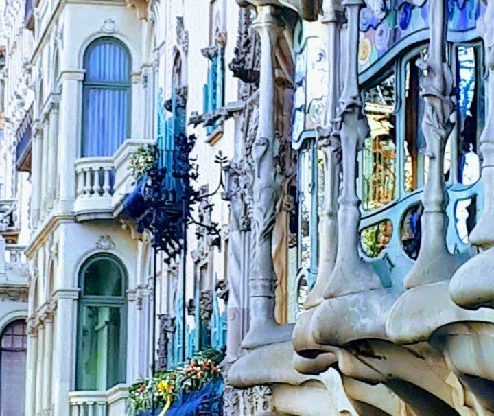 Nos encontramos en el Paseo de Gracia esquina Valencia . Entraremos en un portal inspirado en los castillos medievales.