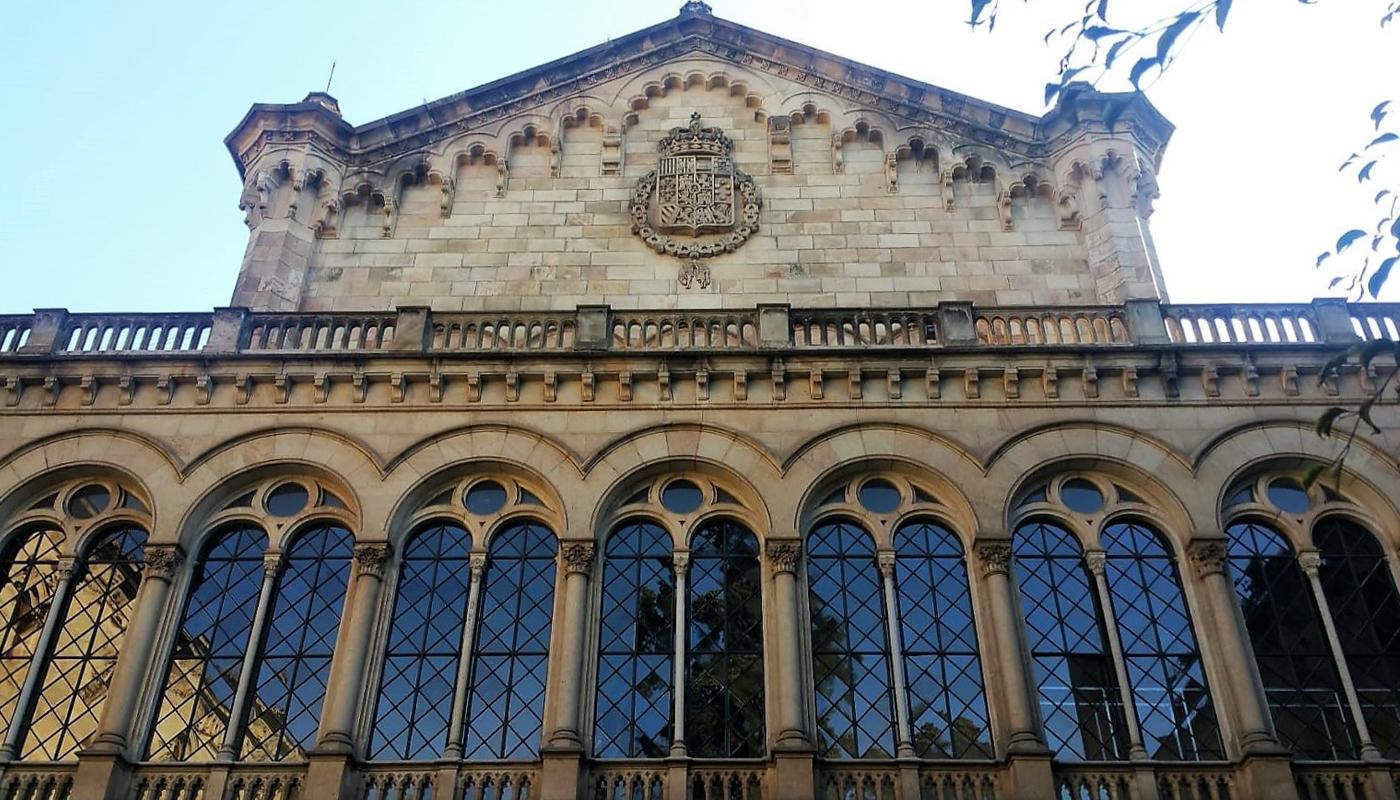 Quedamos en la monumental Universidad de Barcelona, para pasar por los emblemáticos edificios de la  parte central de la Gran Vía.