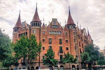 Iniciamos la ruta de la  Diagonal, parte alta del Eixample,  comenzando con dos imponentes  construcciones del famoso arquitecto  Puig i Cadafalch. Nos adentramos por la vecina calle Mallorca y sus espléndidas casas  y palacetes modernistas.
