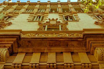 Quedamos en la monumental Universidad de Barcelona, para pasar por los emblemáticos edificios de la  parte central de la Gran Vía. Os acompaño cruzando la elegante Rambla de Catalunya y el fastuoso Paseo de Gracia.