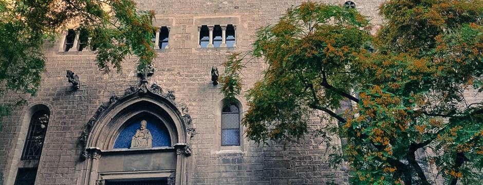 La calle Sant Pere mes Alt es actualmente una arteria muy cool del barrio de Sant Pere de Barcelona. Si la paseas observarás gran cantidad de locales de Diseño, música y gast